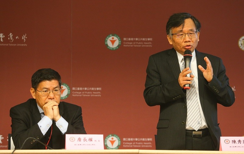National Taiwan University College of Public Health Deputy Dean Tony Chen (left).