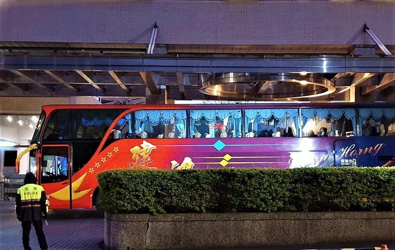北區烏來檢疫所的台商一早依序搭遊覽車離去。中央社