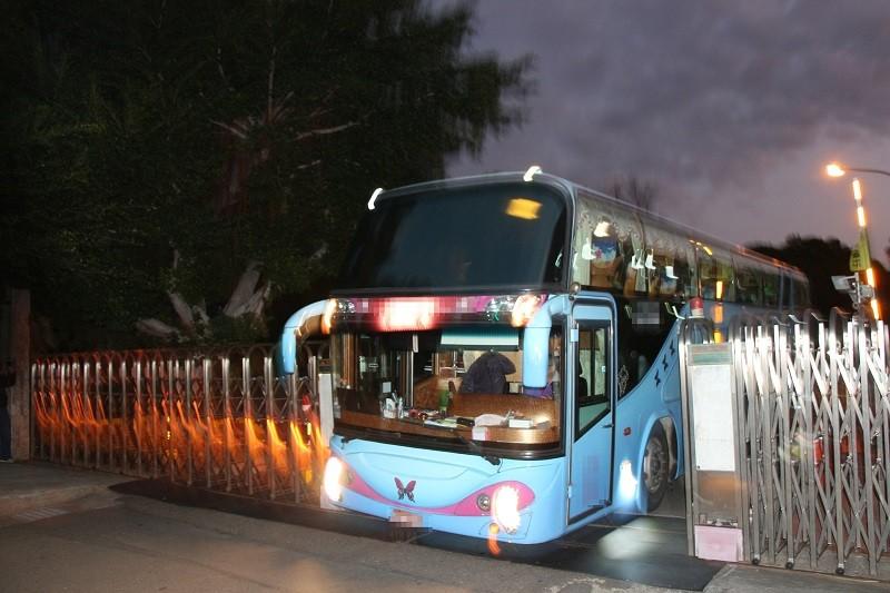 中區檢疫場所的69人,18日清晨分乘3輛遊覽車「出關」。中央社