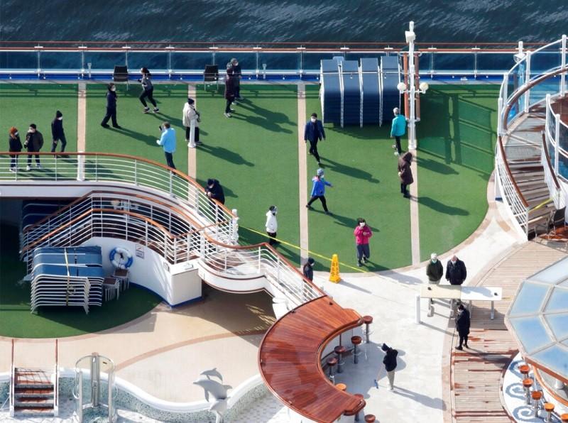 圖為鑽石公主號旅客在甲板放風(美聯社)