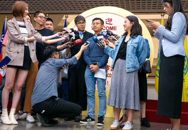 Chiu Wei-chieh (center) interviewed by media. (Facebook photo)