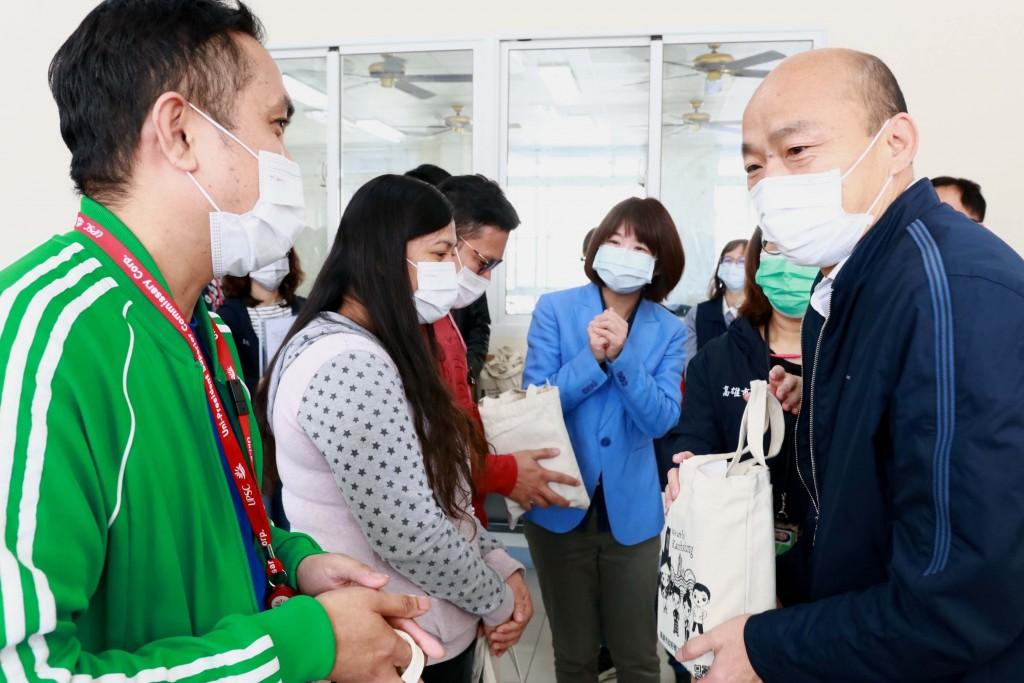 (說明:高雄市長韓國瑜到工廠特別叮嚀移工重視自身健康。(照片來源:高雄市政府))