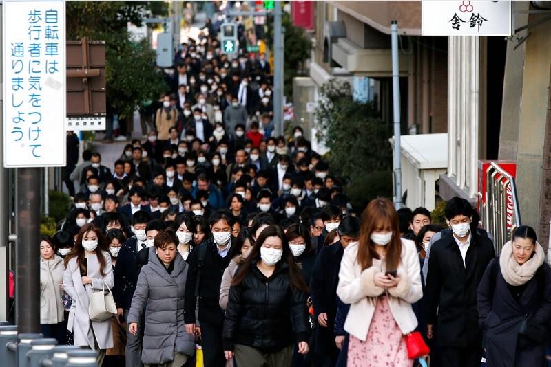 圖為東京中央區20日上班顛峰時間 (美聯社)