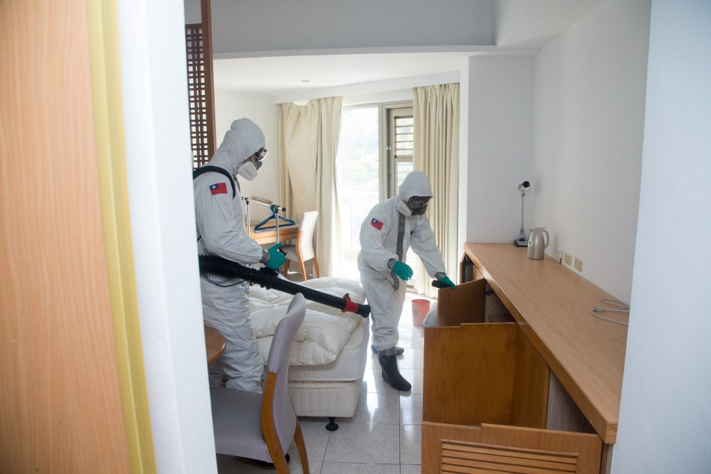 Army Chemical Corps soldiers fumigating room where Taiwanese businessman was kept in quarantine. (Military News Agency photo)