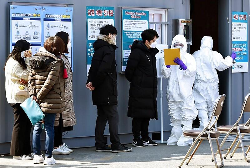 圖為南韓大邱市民眾, 接受醫護人員檢測情形(美聯社)