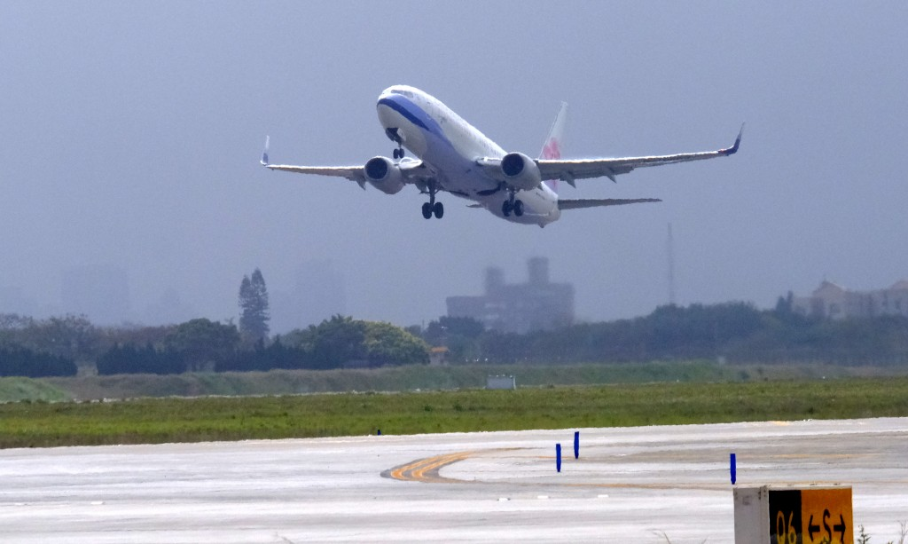 The CAL charter flight took off from Taoyuan for TokyoFriday (Feb. 21) afternoon