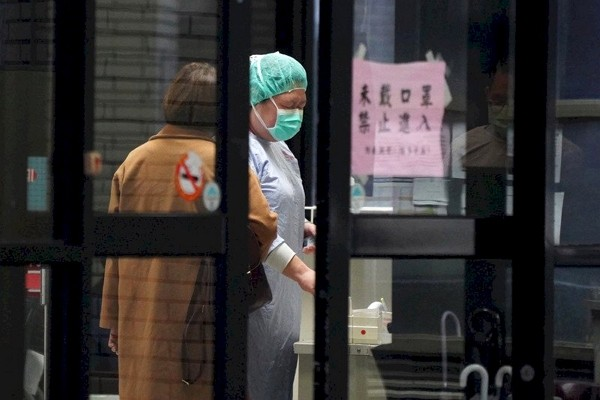 Frontline medical workers are encouraged to stay in Taiwan.