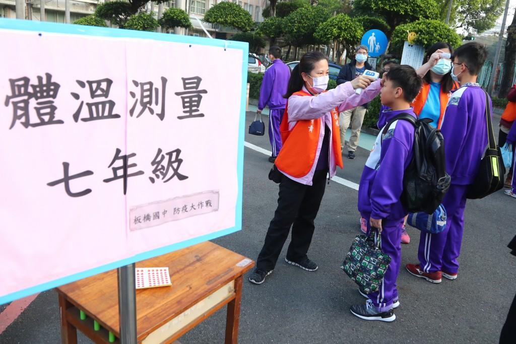 因應武漢肺炎疫情,25日開學第一天,板橋國中校門口 採分年級依續量體溫,加強防疫。