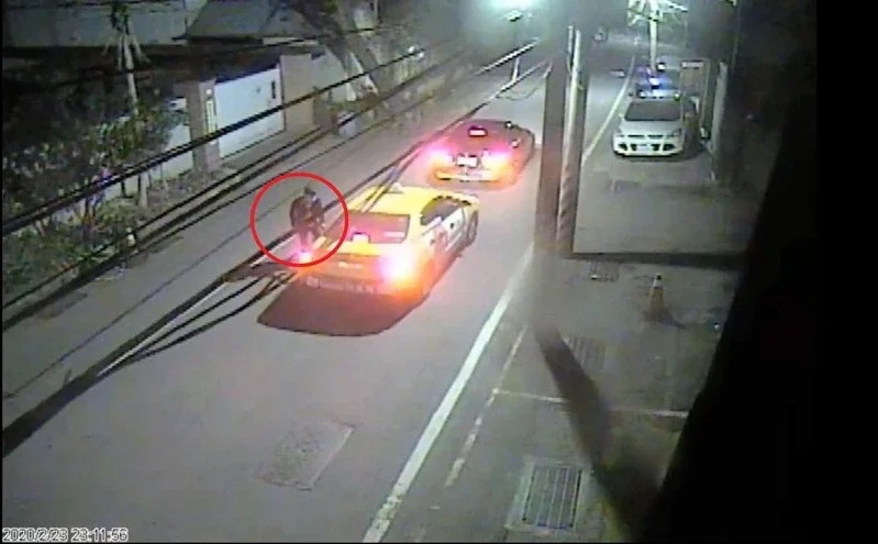 Suspect fleeing scene by taxi. (Shulin District police photo)