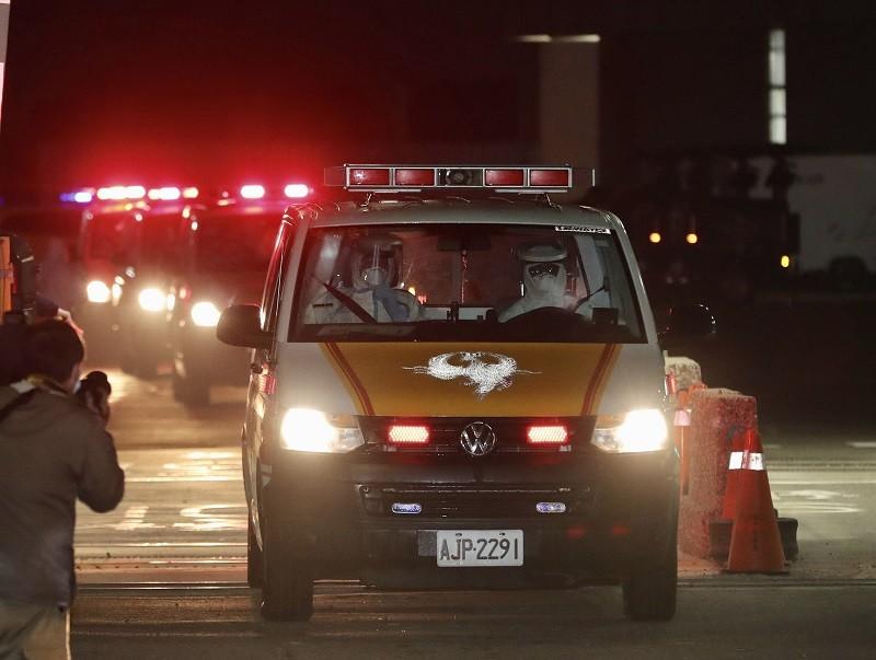 示意照為21日晚間鑽石公主號旅客返抵國門, 搭乘救護車分送醫院採檢 (中央社)