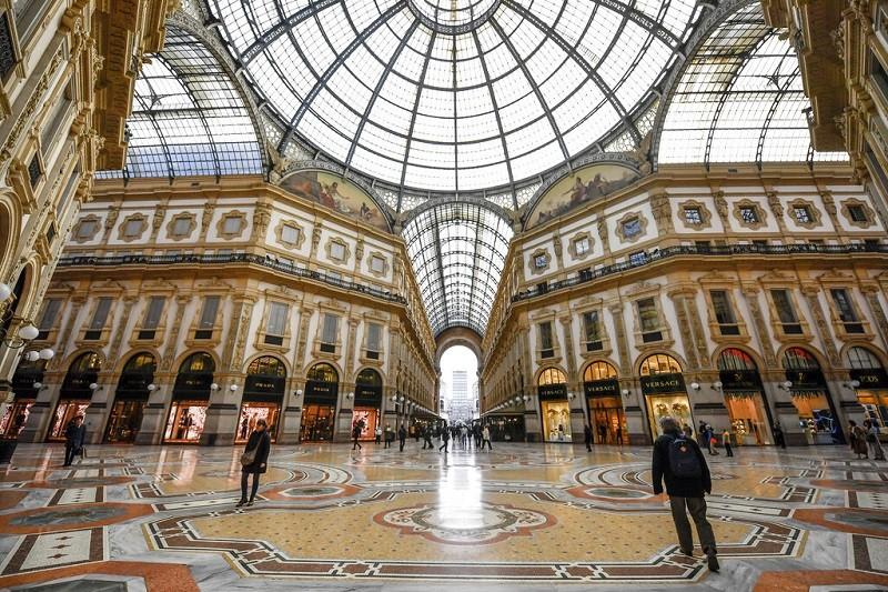 受疫情影響, 義大利知名商場艾曼紐二世拱廊(GalleriaVirrorioEmanuele II)有些冷清 (美...