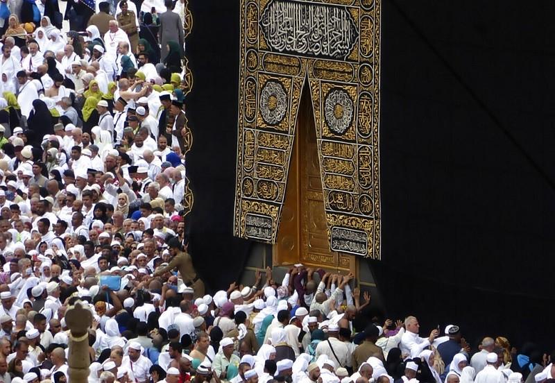圖為2月24日穆斯林在麥加的卡巴天房(圖右) 附近祈禱,天房是一座立方體的建築物 (美聯社)