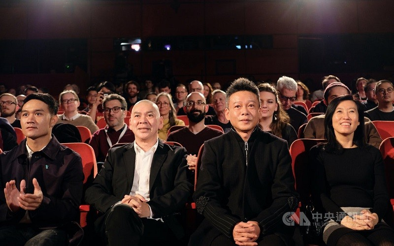 獲獎的「日子」28日在柏林影展競賽單元舉行全球首映,導演蔡明亮(左2)、兩位主角亞儂.弘尚希(左)和李康生(右2),及文化內容策進院院長胡...
