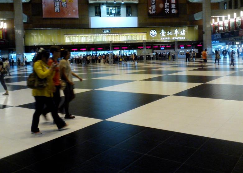 台北車站大廳禁席地群聚(圖/Flickr使用者Lennon Ying-Dah Wong)
