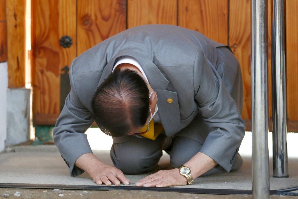 【武漢肺炎】南韓確診破4千、逾半數為教徒 新天地教主李萬熙兩度下跪向全國道歉