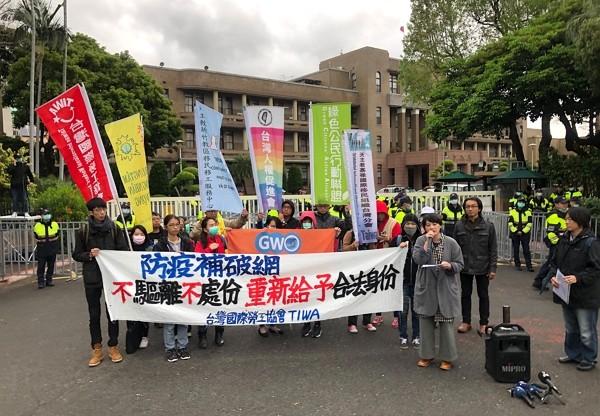 Organizations protest outside Legislative Yuan March 4.