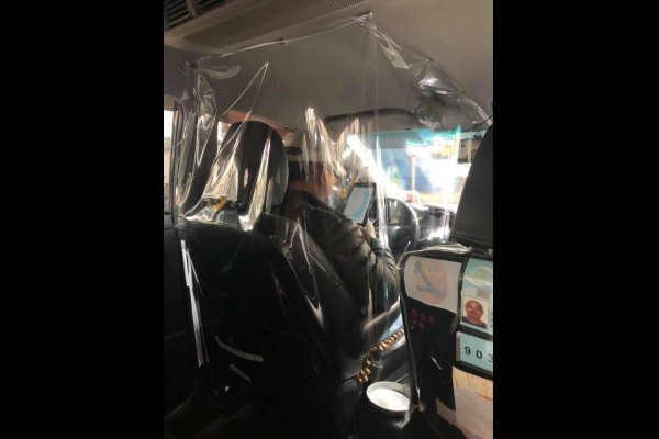 Taxi driver surrounds himself with plastic.(Facebook, Breaking News Commune photo)