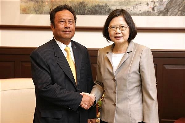 Tommy Remengesau Jr. (left) expresses gratitude to Taiwan. (Palau Presidential Office photo)