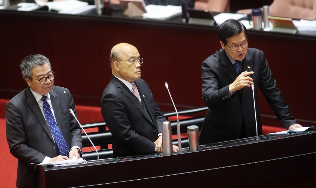 Defense Minister Yen De-fa (right) with Premier Su Tseng-chang (center) at the Legislative Yuan Tuesday March 10