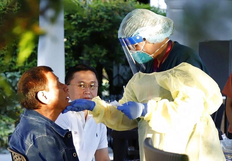 圖為杜特蒂總統(左) 接受武漢肺炎病毒篩檢 (美聯社)