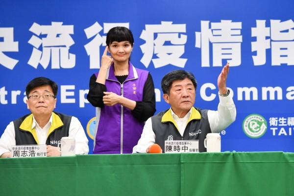 Chen Shih-chung (right).