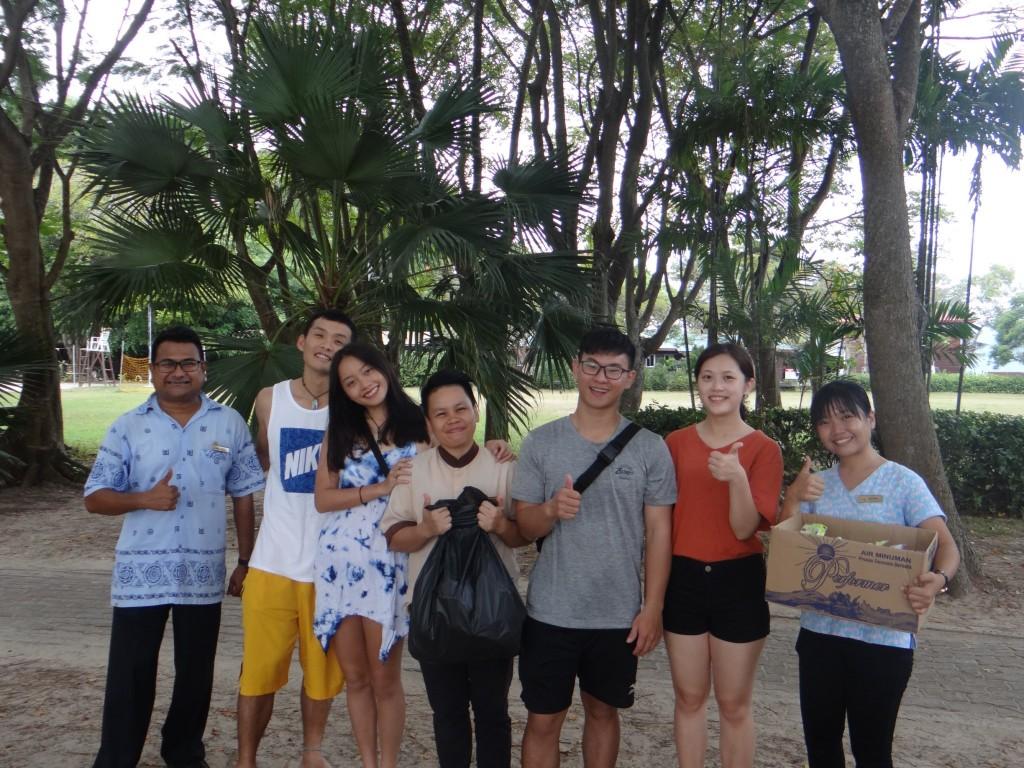 (說明:團隊與馬來西亞沙巴居民一起淨灘,並宣導垃圾分類觀念(翻攝自教育部網站))
