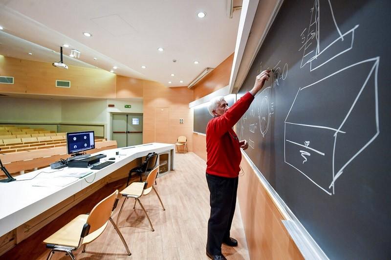 國外許多大學都已停課,改採線上教學, 圖為義大利米蘭Politecnico University一位教授正透過網路攝影機,進行線上教學 (...