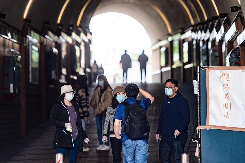 為防範武漢肺炎疫情,世新大學開學後在校門口設置體溫量測站,確保師生健康及校園安全。中央社