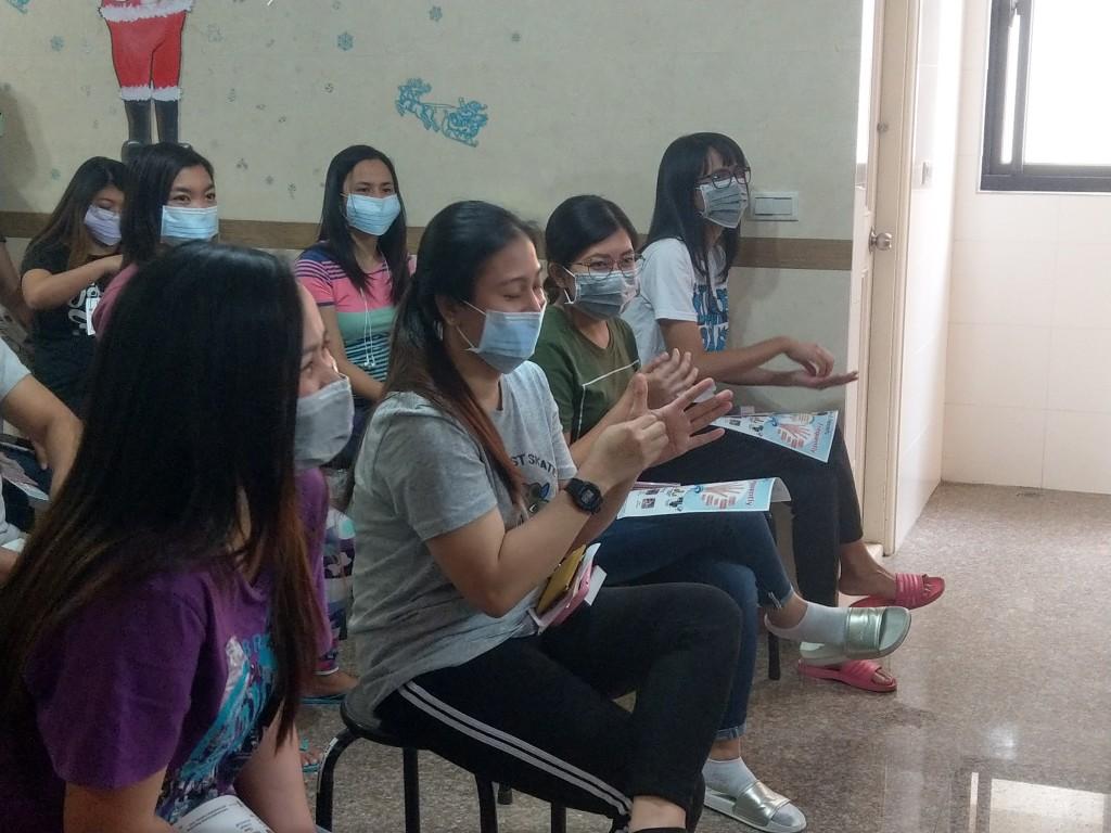 (說明:南科移工跟著示範練習正確洗手方式(移民署臺南市第二服務站提供))