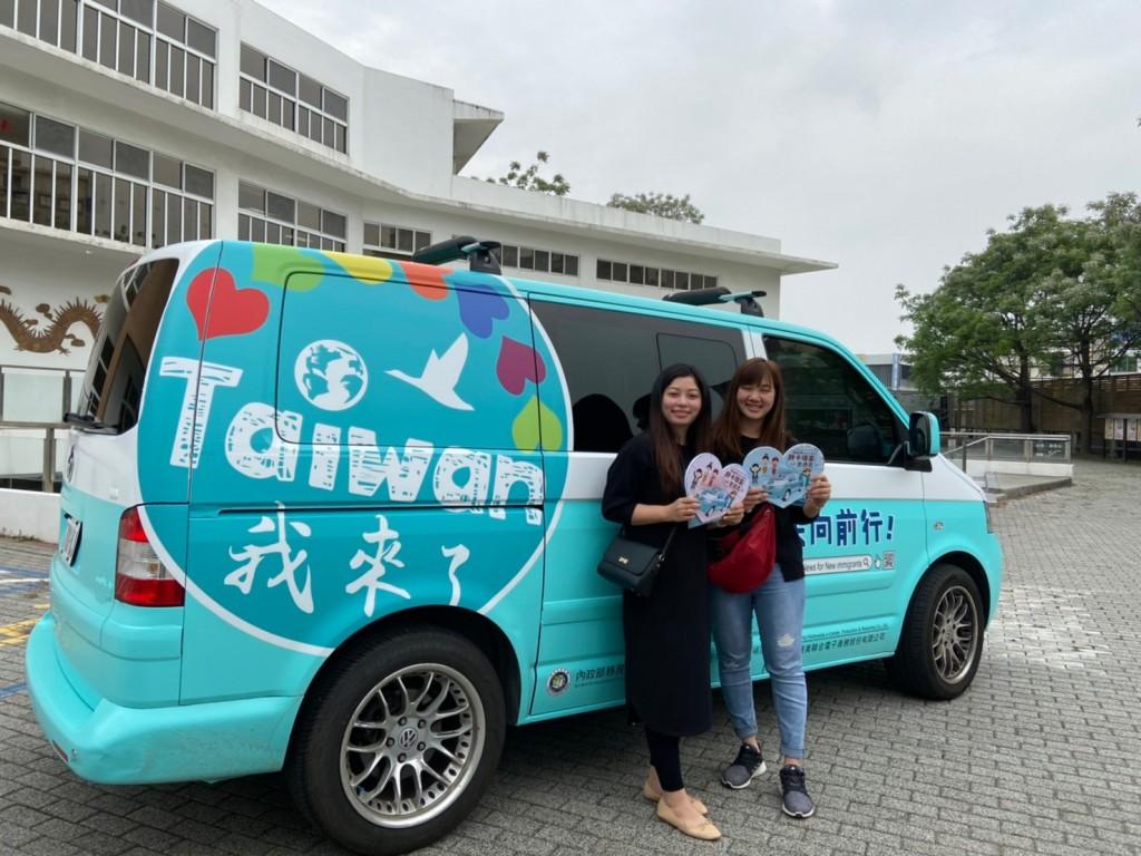 (說明:新住民姊妹爭相跟「TAIWAN!我來了」胖卡車合照)