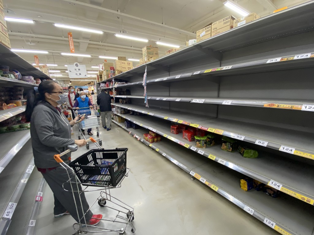 A supermarket in Kaohsiung runs out of instant noodles on Thursday.