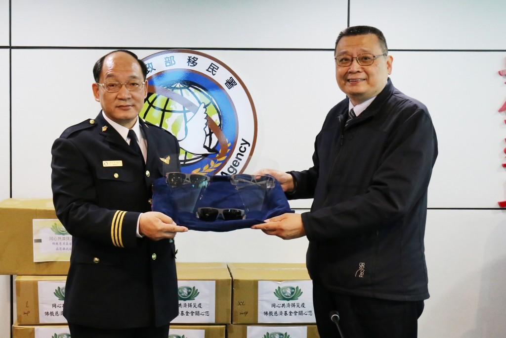 內政部徐國勇部長牽線 慈濟急調手套、面罩守護移民官健康