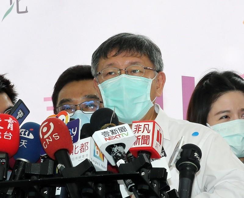 Taipei Mayor Ko Wen-je (center)