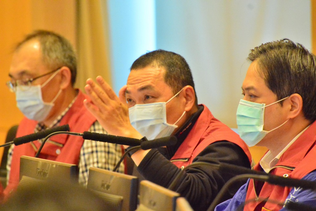 New Taipei City Mayor Hou Yu-ih (center) at Wednesday's meeting about the coronavirus