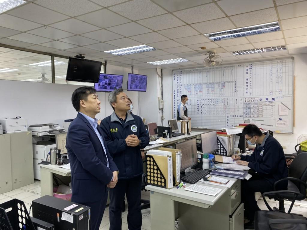 (說明:內政部次長陳宗彥(左)視察防疫作為(移民署提供))