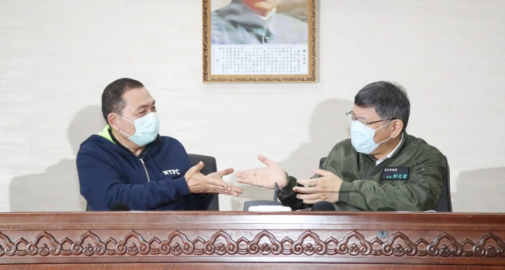 Taipei City Mayor Ko Wen-je (right) with New Taipei City Mayor Hou Yu-ih