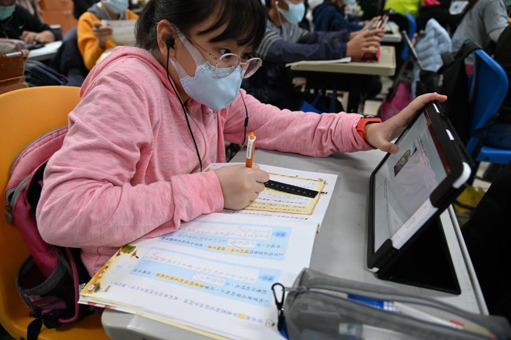 學生在老師線上教學的引導下,搭配課本進行學習(示意圖)。(照片來源:新北市政府教育局)