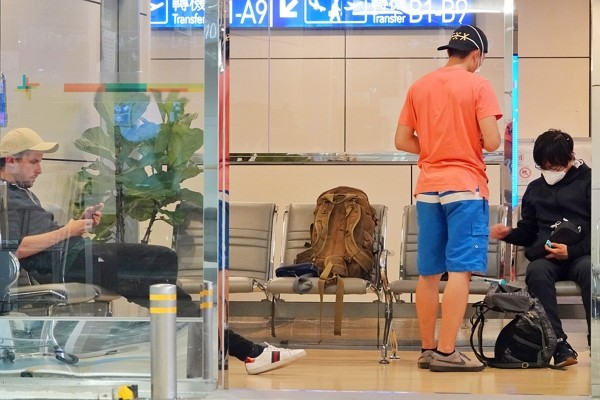 Foreigntravelers trapped atTaiwan Taoyuan International Airport due to new travel regulations.