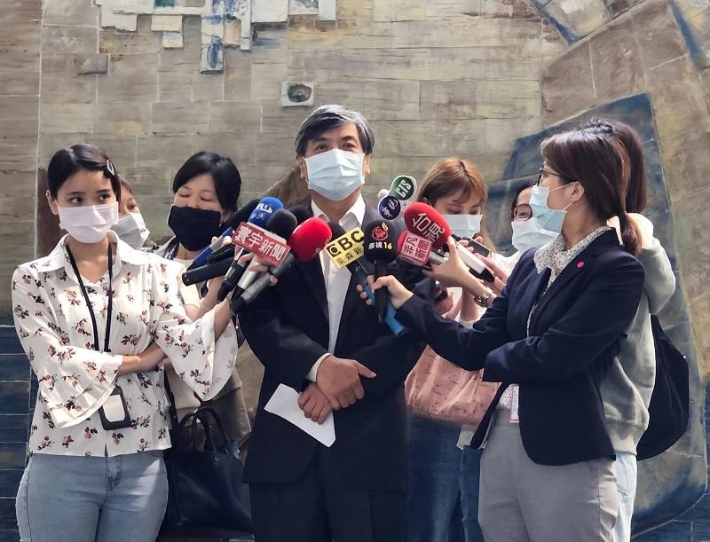 政大校長郭明政(戴口罩男士)27日出面接受媒體聯訪並指出,政大有義務讓社會瞭解疫情狀況,甚至該主動告知大眾。(政大提供)中央社