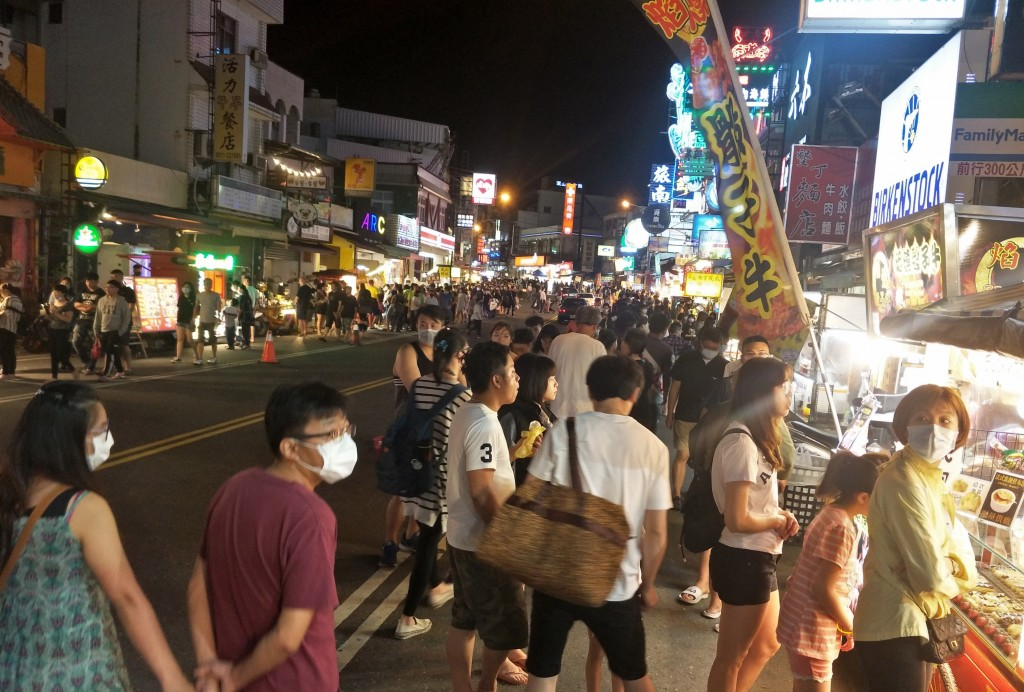Crowds in Kenting on April 2
