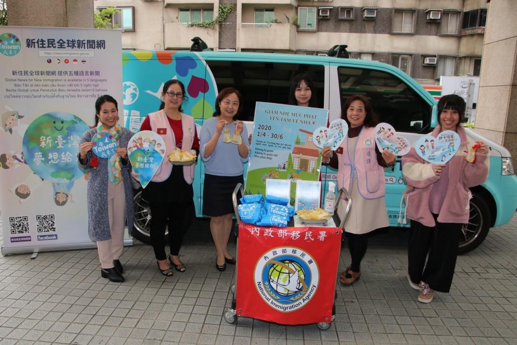 移民署臺北市服務站為前來洽公的民眾贈送越南香包防疫(圖:移民署)