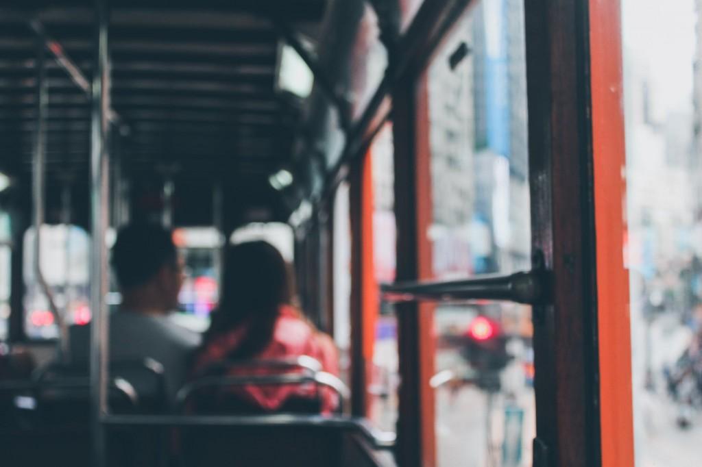 搭乘大眾運輸工具請全程配戴口罩(示意圖/Pexels)