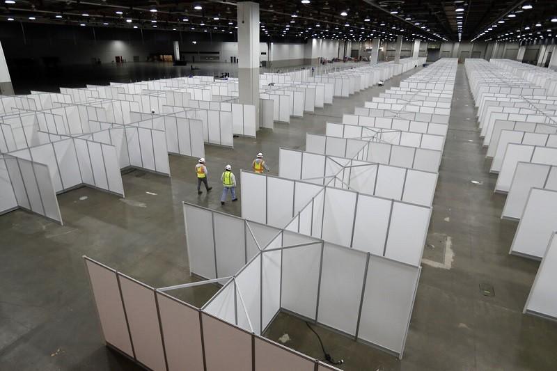 美國密西根州底特律的TCF會議中心, 正在搭建1000床的臨時隔離醫院,希望收容暴增的武漢肺炎患者 (美聯社)
