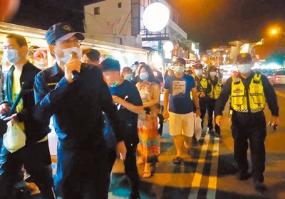 Police trying to get crowds to maintainsocial distancing. (Hengchun Police Department photo)