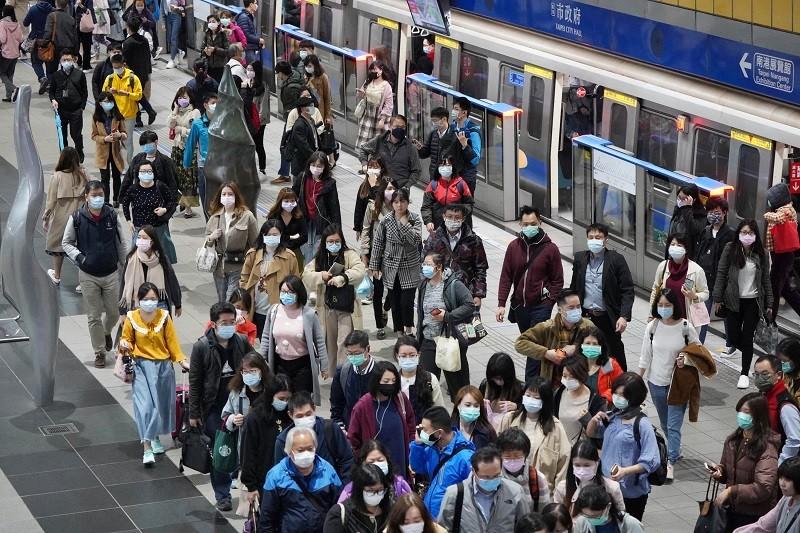 圖為搭乘台北捷運的通勤族。中央社