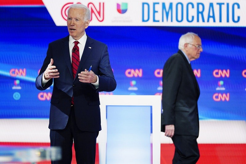 圖為今年3月15日, 參議員桑德斯(右)與前副總統拜登(左),在CNN攝影棚, 為辯論做準備的情形 (美聯社)