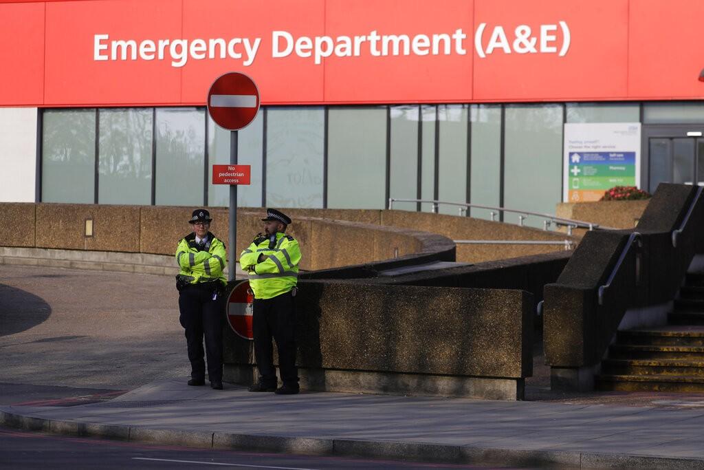 英國警察在收治強生的醫院外巡邏(美聯社圖片)。
