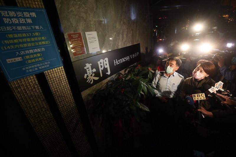 台北市副市長黃珊珊(前右)9日晚間帶隊,針對相關業者展開聯合稽查。中央社