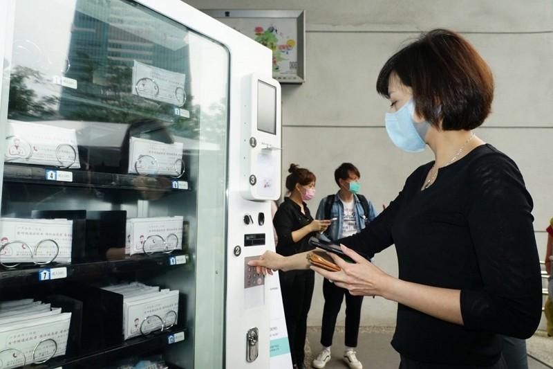 ID-based mask vending machine (Taipei City Government photo)