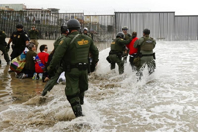 民眾在美國聖地牙哥與墨西哥邊界示威中遭到逮捕(圖/美聯社)